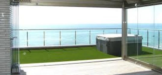 cerramiento de terrazas y balcones mediante el sistema de paneles o cortina de cristal